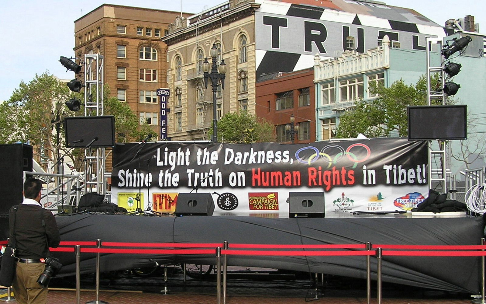 Tuesday evening, beginning of the peaceful rally for Free Tibet, UN Plazza